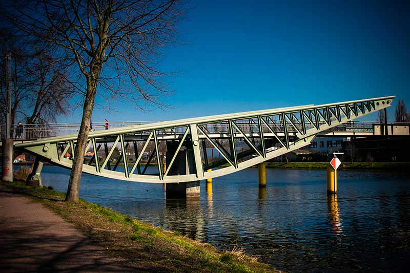 Die Klughafenbrücke, auch Glitzerbrücke genannt.